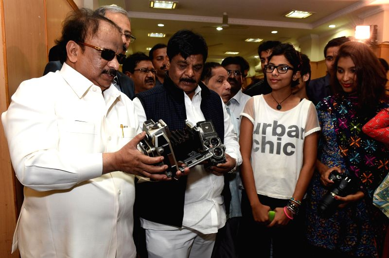 Karnataka Ministers R Roshan Baig and  H.C. Mahadevappa during a seminar on  `Photography skills in media` organised by Photo Journalists' Association of Bangalore at Press club in ... - R Roshan Baig and H.