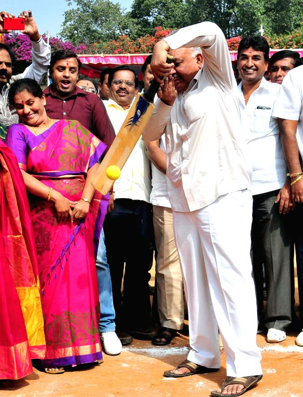 Karnataka Transport Minister Ramalinga Reddy with Bangalore Mayor Shantakumari, MLA Ravi Subramanya, MLA RV Devraj and others during the inauguration of  a cricket tournament in Bengaluru .
