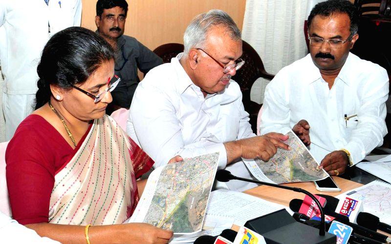 Karnataka Transport Minister Ramalinga Reddy and Bangalore Mayor N. Shantha Kumari address a press conference regarding Rail Budget 2015-16, in Bengaluru on Feb 26, 2015. - Ramalinga Reddy