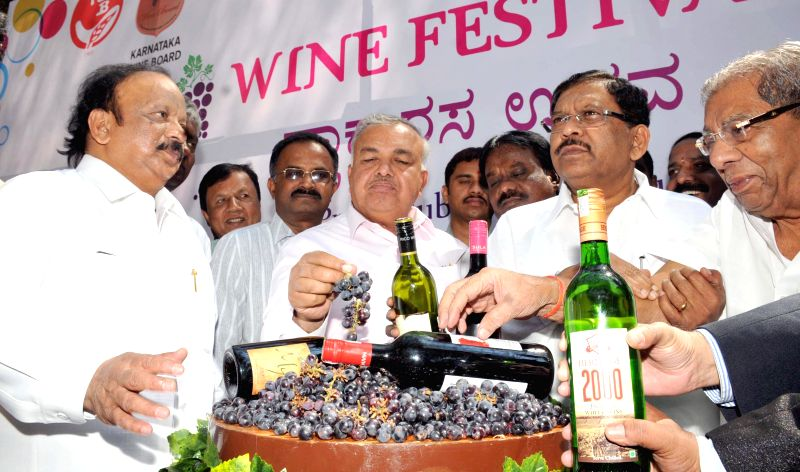 Ministers Shamanuru Shivashankarappa, Ramalinga Reddy, Roshan Baig, KPCC President Dr. G Parameshwara and others at the inauguration of wine festival at Press Club, in Bengaluru on Feb 21, ... - Shamanuru Shivashankara and Ramalinga Reddy