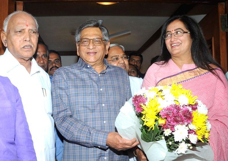 Bengaluru: Newly-elected Mandya MP, Sumalatha Ambareesh meets BJP leader S M Krishna, in Bengaluru, on May 26, 2018.