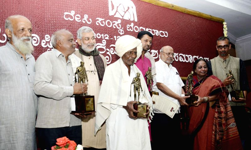 "Renowned filmmaker Shaym Benegal presents ""Desi Rastriya Kaimagga"" awards to Sangappa Basappa Mante, Shivashankara Eshwarappa Mudalagi, Jagada Rajappa, MV Chandrashekar and U ..."