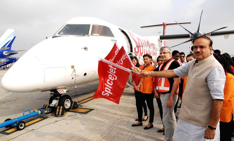 Union Chemicals and Fertilizers Ministers Ananth Kumar during a programme organised to announce the resumption of Bengaluru-Hubli flights in Bengaluru, on March 1, 2015. Also seen Spice ... - Ministers Ananth Kumar and Sanjiv Kapoor
