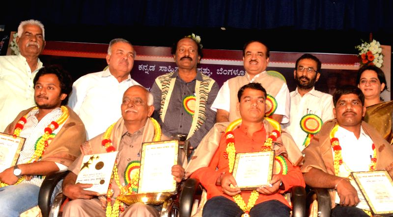 Union Minister of Chemicals and Fertilizers Ananth Kumar with the awardees of `Nrupatunga Sahitya` (Nrupatunga Literature) award, at Sikshakara Sadan programme organised by Bangalore ... - Ramalingaredd