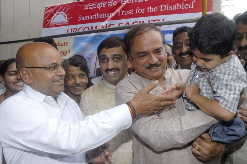 Union Social Justice and Empowerment Minister Thawar Chand Gehlot, Union Chemical and Ferltuliser Minister Ananth Kumar and other during a programme in Bengaluru on April 12, 2015. - Thawar Chand Gehlot