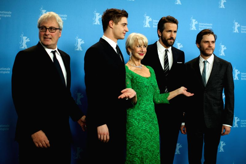 """Helen Mirren (C) and Ryan Reynolds (2nd R) pose for photos during a photocall for the promotion of the movie """"Woman in Gold"""" at the 65th Berlinale ..."""