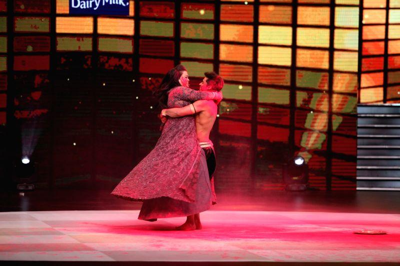 Bharati Singh and Kisan, a contestant of Dance Deewane dance on sensual dance number. - Bharati Singh