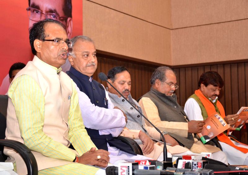 Madhya Pradesh Chief Minister and BJP leader Shivraj Singh Chouhan, the Union Minister for Mines and Steel and BJP leader Narendra Singh Tomar and others during a programme organised to ... - Shivraj Singh Chouhan and Narendra Singh Tomar