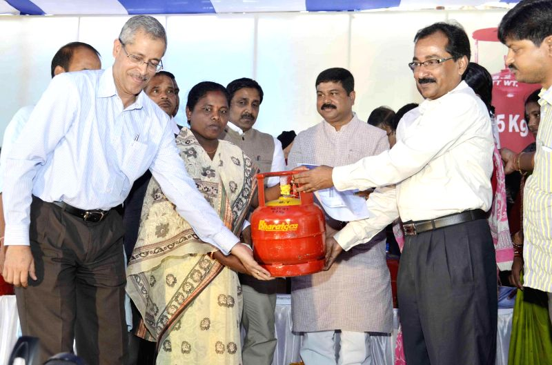Minister of State for Petroleum and Natural Gas (Independent Charge) Dharmendra Pradhan launch the 5 KG LPG cylinders for the BPL families, in Bhubaneswar on Jan. 5, 2015.