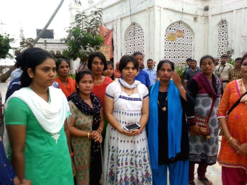 Bhumata Brigade president Trupti Desai with other activists arriving at Haji Ali Dargah, Mumbai to pray amidst tight police security on May 12, 2016. - Trupti Desai