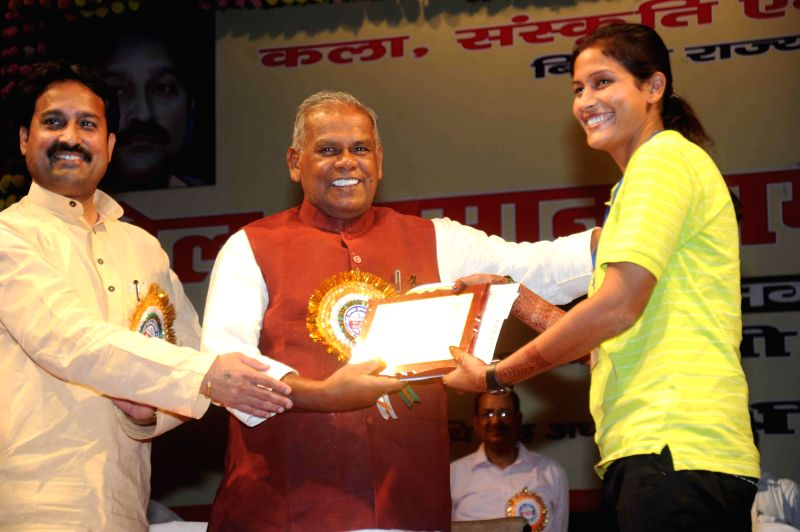 Bihar Chief Minister Jitan Ram Majhi felicitates a sportswoman during a programme in Patna on Aug 29, 2014. - Jitan Ram Majhi