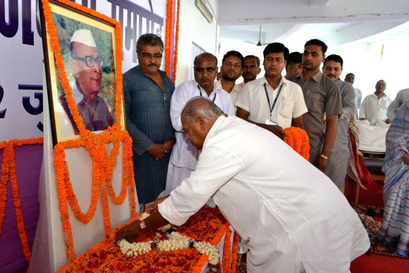 Bihar Chief Minister Jitan Ram Majhi pays tribute to Satyendra Babu in Patna on July 12, 2014. - Jitan Ram Majhi