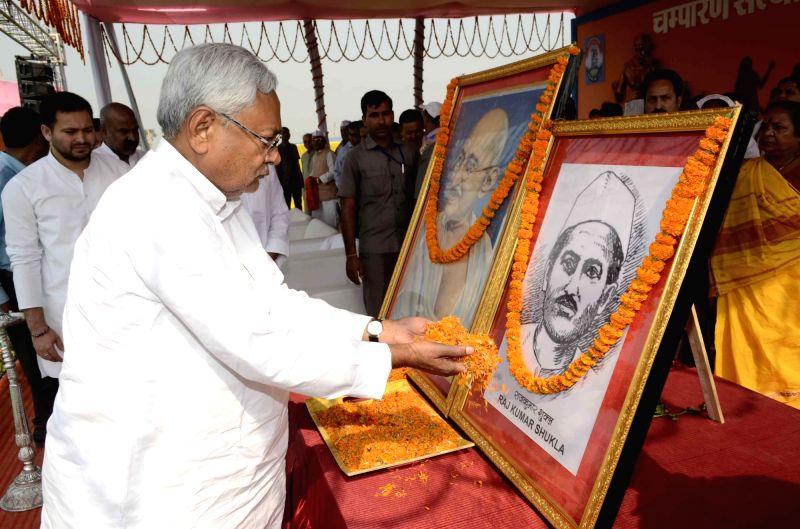 Bihar Chief Minister Nitish Kumar pays floweral tribute to freedom fighter Raj Kumar Shukla during Champaran Satyagrah Smirti Samroh at Murli Bharwaha in East Champaran on April 27, 2017. - Nitish Kumar and Kumar Shukla