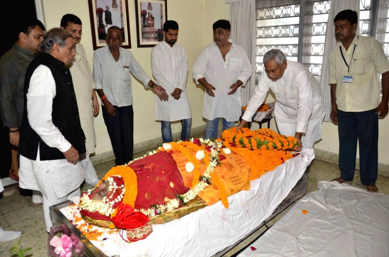 Bihar Chief Minister Nitish Kumar pays tribute to to Congress leader and former MP Shyama Sinha who passed away on Sept 11, 2017; in Patna on Sept 13, 2017. - Nitish Kumar and Shyama Sinha