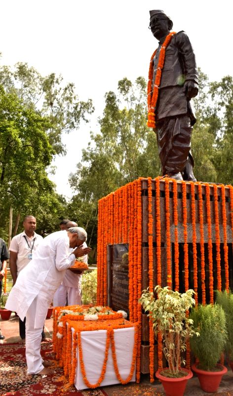 Bihar Chief Minister Nitish Kumar pays tributes to former Bihar Chief Minister Satyendra Narayan Sinha at his statue, in Patna on July 12, 2018. - Nitish Kumar and Satyendra Narayan Sinha