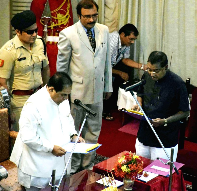 Bihar Governor DY Patil administers oath of office to Arun Kumar Verma, the newly appointed Information Commissioner of Bihar at Raj Bhavan in Patna on Aug 20, 2014.