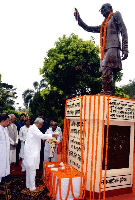 Bihar Governor Ram Nath Kovind and Chief Minister Nitish Kumar pay tribute to Lok Nayak Jai Prakash Narayan on Sampurna Kranti Divas in Patna on June 5, 2017. - Nitish Kumar and Nath Kovind