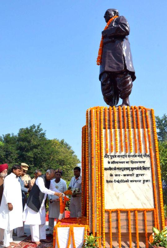 Bihar Governor Ram Nath Kovind pays floral tribute to a statue of Sardar Vallabhbhai Patel, on his Birth Anniversary in Patna on Oct 31, 2015. - Nath Kovind
