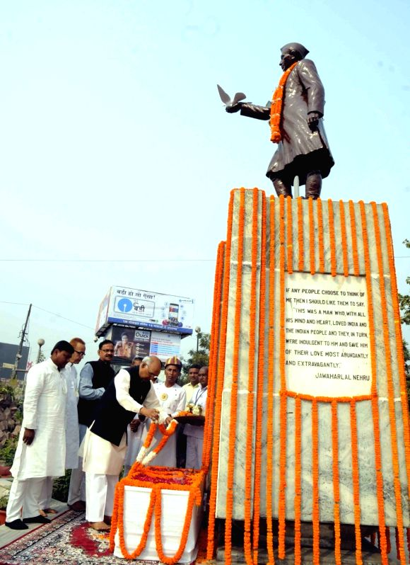 Bihar Governor Ram Nath Kovind pays tribute to former Prime Minister Pandit Jawaharlal Nehru on his 126th birth anniversary, in Patna on Nov 14, 2015. - Pandit Jawaharlal Nehru