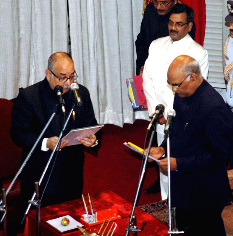 Bihar Governor Ram Nath Kovind (R) administers the oath of office to Retd Judge Justice Mihir Kumar Jha as Lokayukta of Bihar in Patna, on May 18, 2016. - Nath Kovind and Mihir Kumar Jha