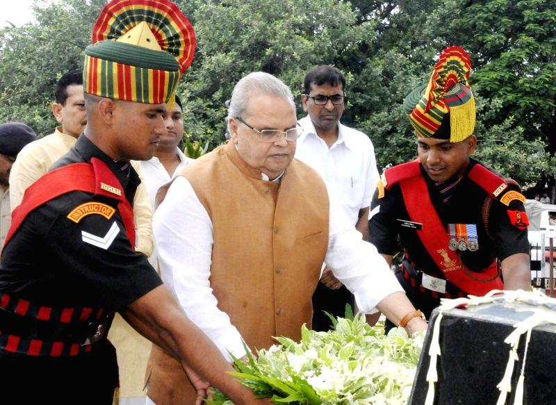Bihar Governor Satya Pal Malik lays wreath on the martyrs on the occasion of Kargil Vijay Diwas at Kargil Chowk, in Patna on July 26, 2018. - Malik