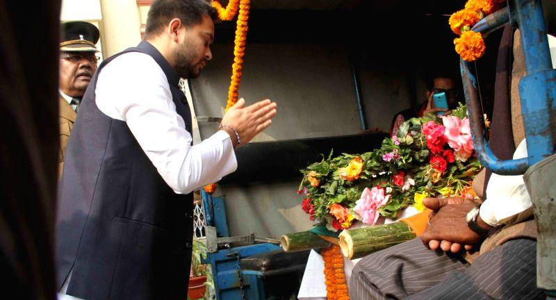 Bihar Health Minister Tej Pratap Yadav pay his last respect to Rashtriya Lok Samata Party (RLSP) MLA Basant Kumar Kushwaha who died of heart attack in Patna on Nov 30, 2015. - Tej Pratap Yadav and Basant Kumar Kushwaha