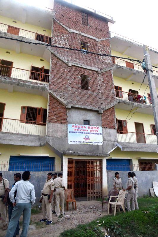 Bihar Police personnel raid Aaasra Home run by Bihar government under Rajiv Nagar Police station in Patna on Aug 10, 2018.