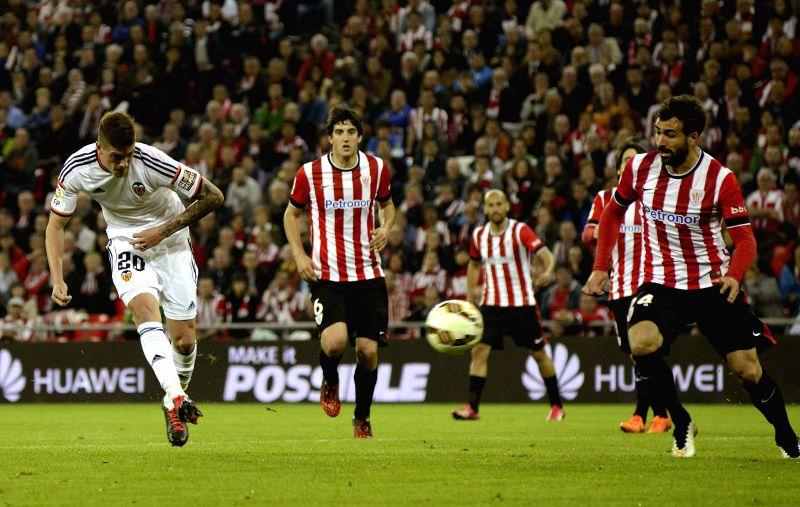 FC Valencia's Argentianian midfielder Rodrigo Javier De Paul (L) scores his goal against Athletic Bilbao during their Primera Division soccer match played at San Mames stadium in Bilbao, ...