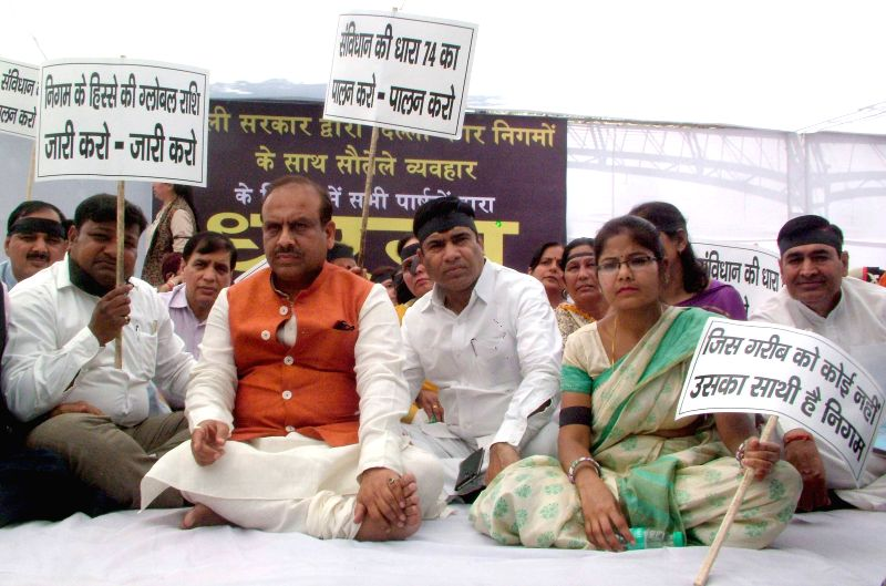 BJP councilors led by the leader of opposition in Delhi assembly Vijender Gupta stage a demonstration against Delhi Government in New Delhi, on March 25, 2015. - Vijender Gupta