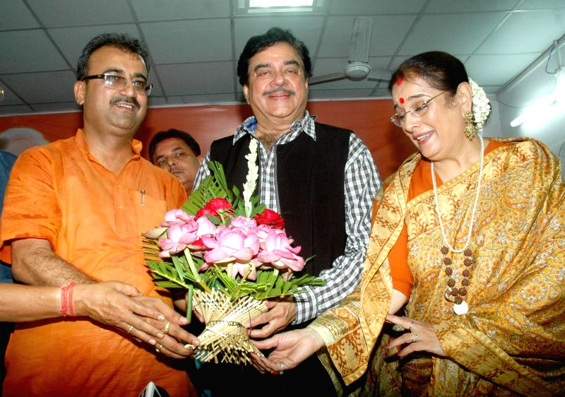 BJP leader and actor Shatrughan Sinha during a press conference with Poonam Sinha and Bihar BJP chief Mangal Pandey after winning Patna Sahib Lok Sabha seat in Patna on May 17, 2014. - Poonam Sinha and Mangal Pandey
