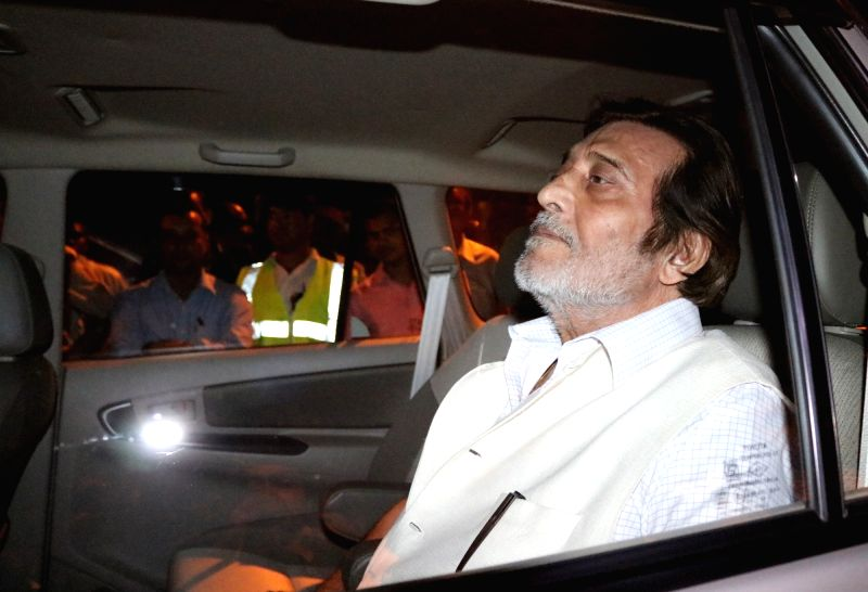 BJP leader and MP Vinod Khanna at the residence of LK Advani to pay tribute to Kamla Advani who died in New Delhi on April 6, 2016. - Vinod Khanna and Kamla Advani