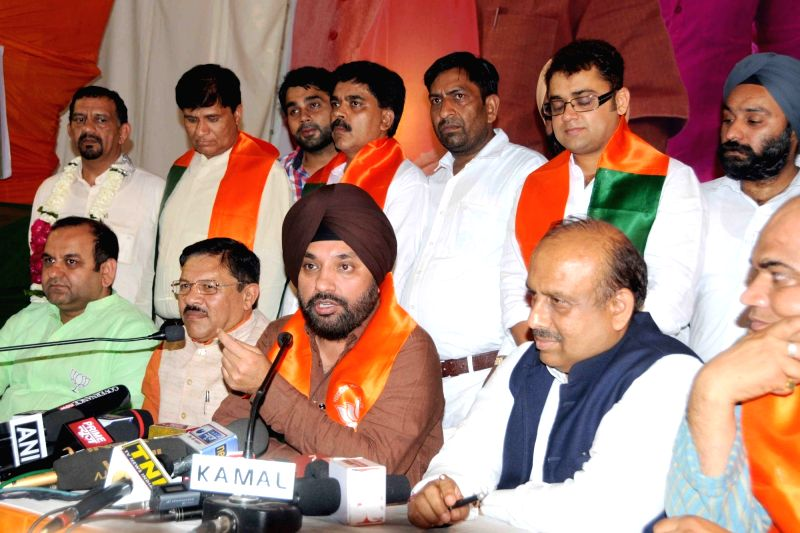 BJP leader Arvinder Singh Lovely addresses a press conference in New Delhi on April 19, 2017. Also seen BJP leader Shyam Jaju, Mahesh Giri and Vijender Gupta. - Arvinder Singh Lovely and Vijender Gupta