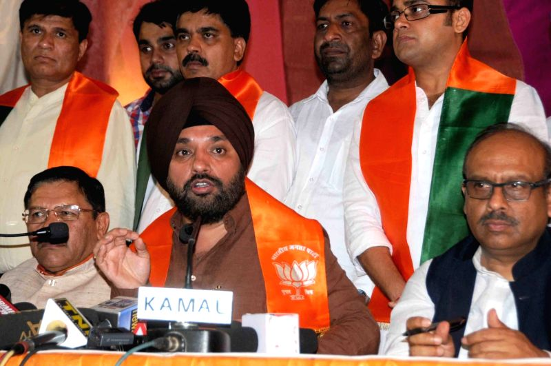 BJP leader Arvinder Singh Lovely addresses a press conference in New Delhi on April 19, 2017. Also seen BJP leader Shyam Jaju, Mahesh Giri and Vijender Gupta. - Arvinder Singh Lovely and Vijender Gupta