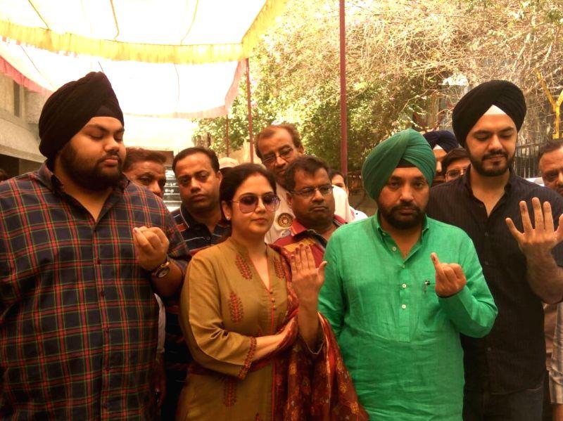 BJP leader Arvinder Singh Lovely  shows his finger marked with phosphorus ink after casting vote during MDC elections in New Delhi on April 23, 2017. - Arvinder Singh Lovely