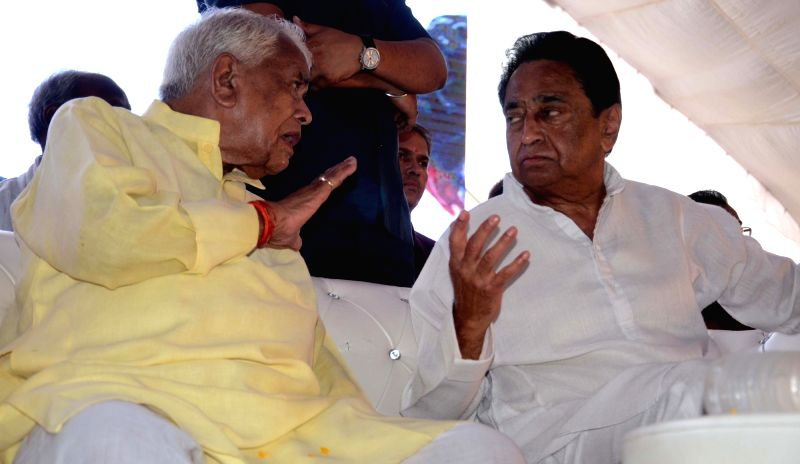 BJP leader Babulal Gaur in a conversation with Madhya Pradesh Congress chief Kamal Nath during a programme, in Bhopal on June 10, 2018. - Kamal Nath