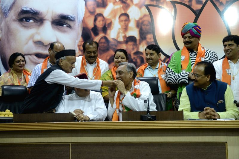 BJP leader Bhagat Singh Koshyari with Vijay Bahuguna and eight other Congress rebels who joined BJP in New Delhi, on May 18, 2016. - Bhagat Singh Koshyari