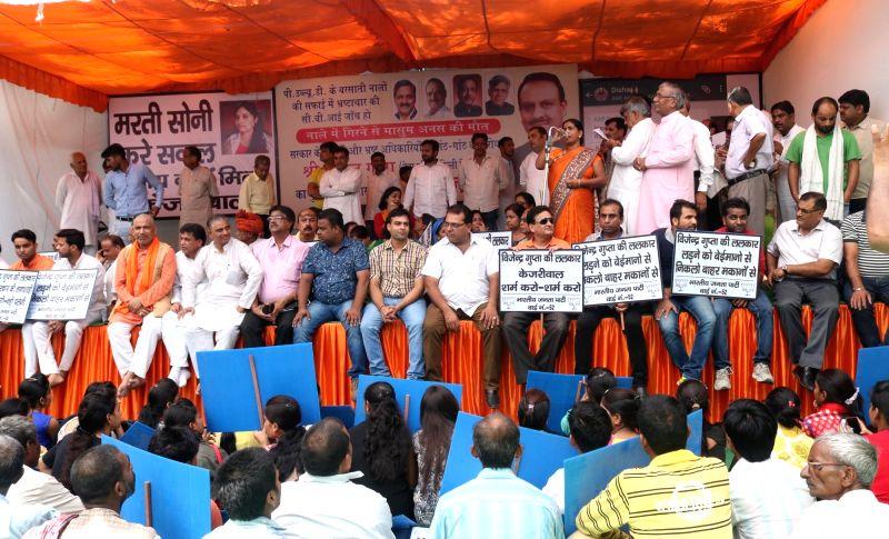 BJP leader Vijendra Gupta stage a demonstration in front of Delhi Chief Minister Arvind Kejriwal's resident in New Delhi on July 21, 2016. - Arvind Kejriwal and Vijendra Gupta