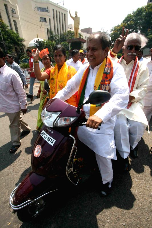 BJP leaders Chintala Ramachandra Reddy and Bandaru Dattatreya during a BJP-TDP joint bike rally in Hyderabad on April 20, 2014. - Chintala Ramachandra Reddy