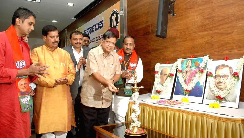 BJP leaders Jagadish Shettar, Suresh Angadi, Vinod Kumar and others during BJP Karnataka Legal and Legislative Cell Executive Meeting at party in Bangalore on July 27, 2014. - Vinod Kumar