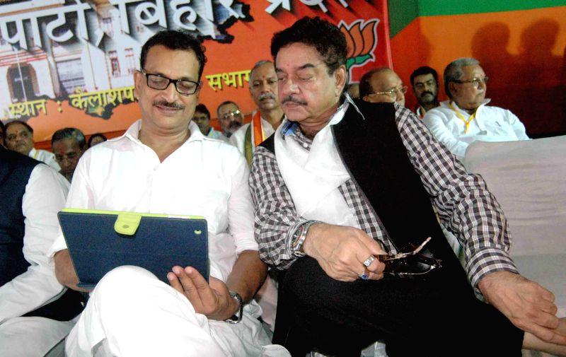 BJP leaders Rajiv Pratap Rudy and Shatrughan Sinha during a BJP programme in Patna on July 19, 2014. - Shatrughan Sinha