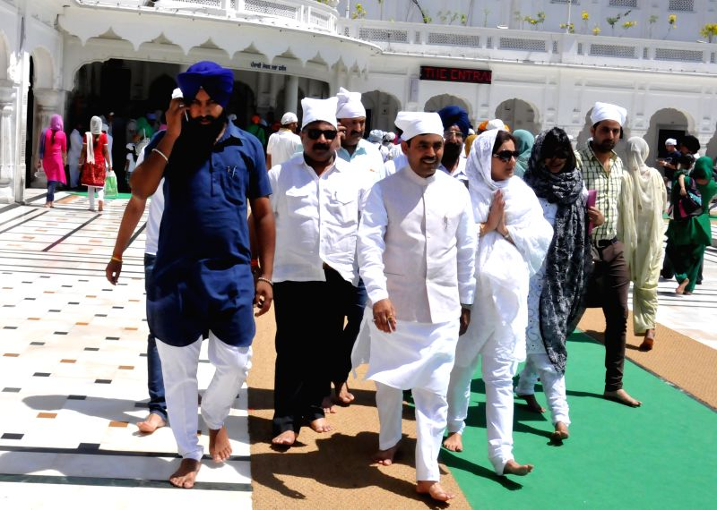 BJP leaders Syed Shahnawaz Hussain and Vani Tripathi pay obeisance at the Golden Temple in Amritsar on April 27, 2014. - Vani Tripathi
