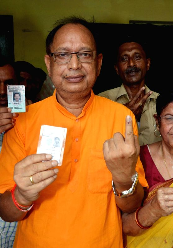 BJP legislator Arun Kumar shows his forefinger marked with phosphorous ink after casting vote during Patna Municipal Corporation elections on June 4, 2017. - Arun Kumar
