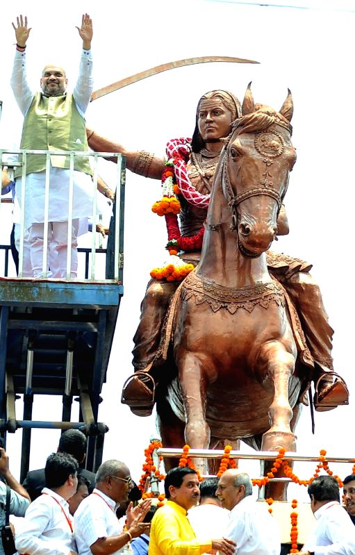 BJP president Amit Shah garlanding the statue of Rani Channamma before commencing an awareness rally ahead of Karnataka Assembly elections in Belagavi on April 13, 2018. - Amit Shah
