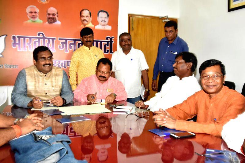 BJP's national General Secretary Ram Madhav, Jharkhand BJP chief Laxman Giluwa, partry leader Arjun Munda and Union MoS Tribal Affairs Sudershan Bhagat during the party's core committee ... - Arjun Munda