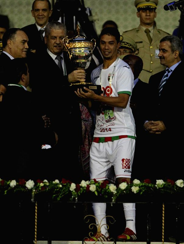 Prime Minister Abdelmalek Sellal (4th L) hands over the trophy to the captain of Mouloudia of Algiers (MCA), Abdelkader Besseghir during the awarding ceremony of the ... - Abdelmalek Sellal
