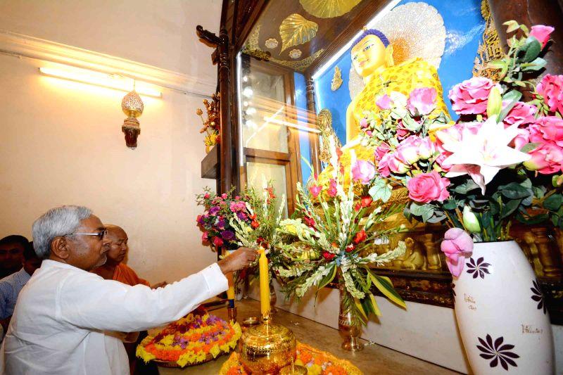 Ketua Menteri negara bagian Bihar, Nitish Kumar, nampak ikut dalam perayaan Vesak 2559 dengan menyalakan lilin di dalam Mahavihara Mahabodhi, Senin (4/5/2015).