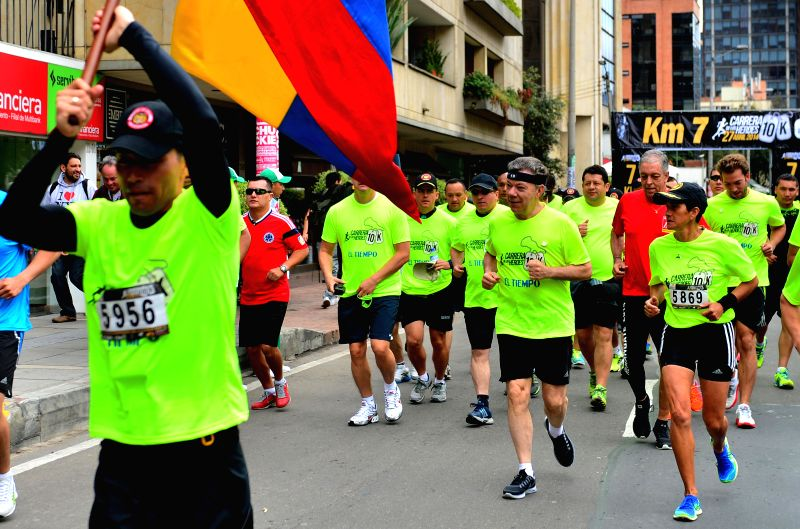 Colombian President Juan Manuel Santos (C) participates in the VII 10K Heroes Race, in Bogota, Colombia, on April 27, 2014. The race is held by Matamoros ...