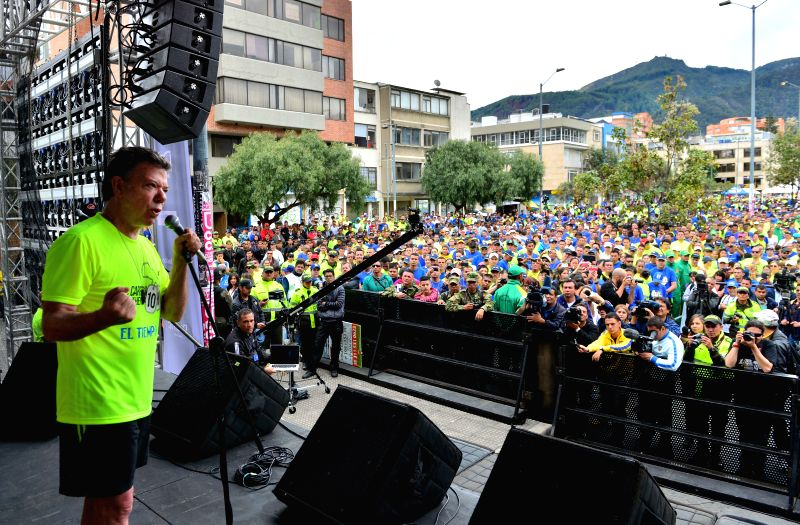Colombian President, Juan Manuel Santos (C) delivers a speech after the VII 10K Heroes Race in Bogota, Colombia, on April 27, 2014. The race is held by Matamoros ...