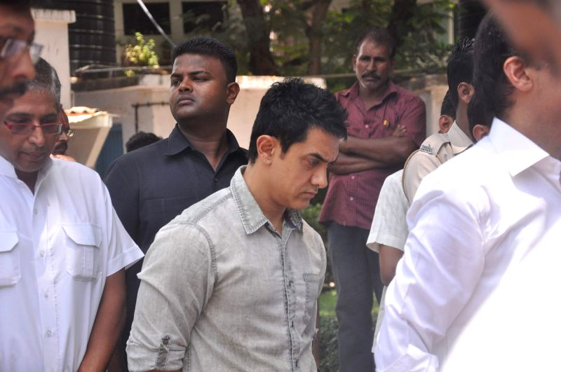 Bollywood actor Aamir Khan at Rajkumar Hirani's father's funeral Municipal Hindu Cemetery in Santacruz Mumbai, India. - Aamir Khan