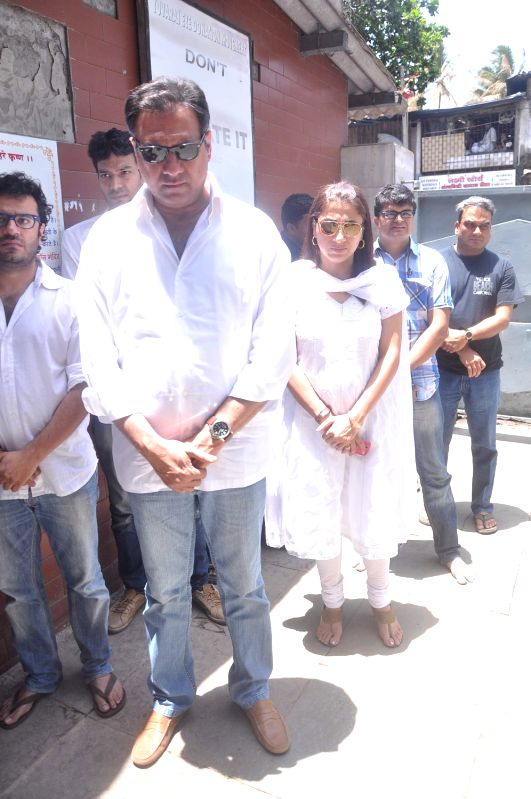 Bollywood actor Boman Irani with his wife Zenobia at Rajkumar Hirani's father's funeral Municipal Hindu Cemetery in Santacruz Mumbai, India. - Boman Irani